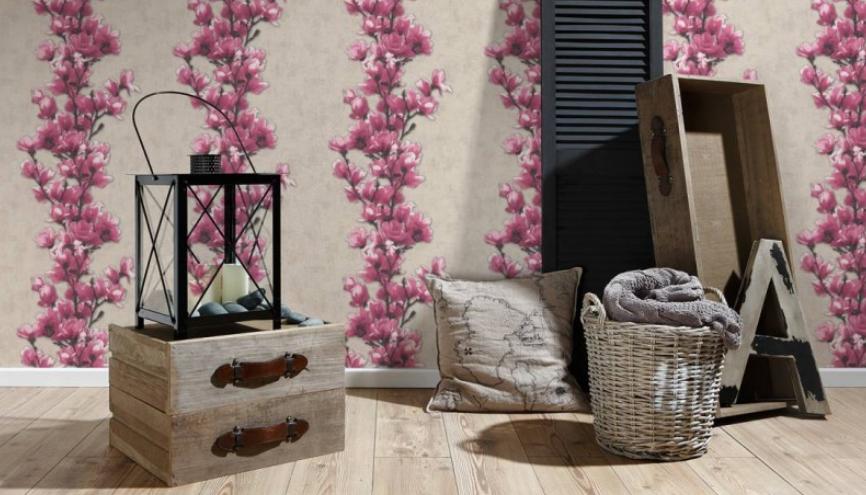 Pokój z tapetą w pnące się różowe drobne kwiaty.
