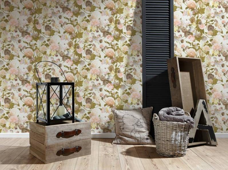 Na ścianie w pokoju jest tapeta w pastelowe kwiaty na zielonych łodygach i liściach.