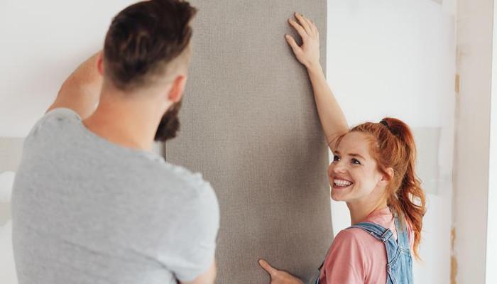 Zdejmowanie tapety ze ściany