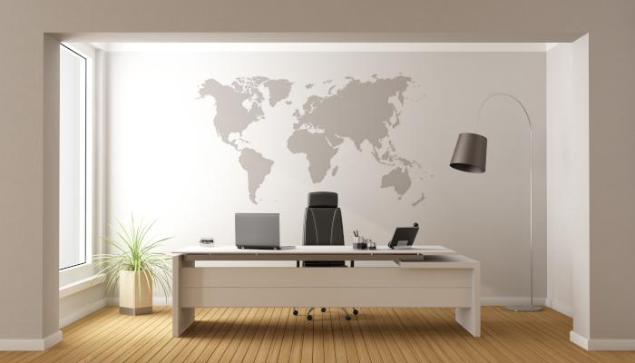 Stonowana tapeta ścienna z mapą świata na ścianie w biurze